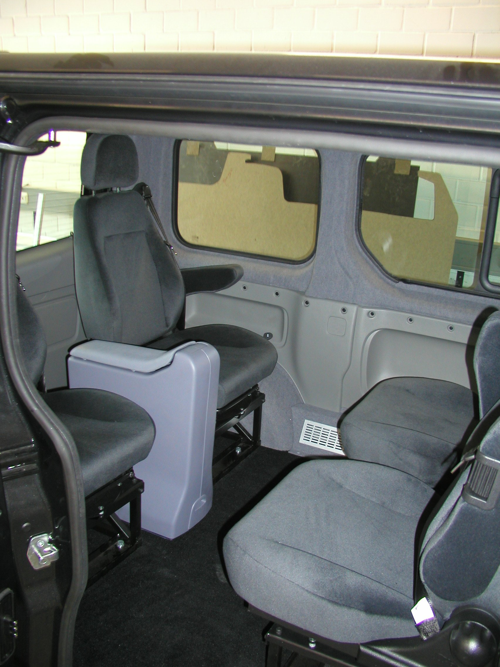 056 Opel Vivaro mit GIS Liner2 .JPG